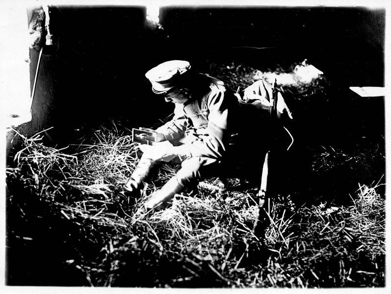 Soldat allemand contemplant le portrait de sa femme