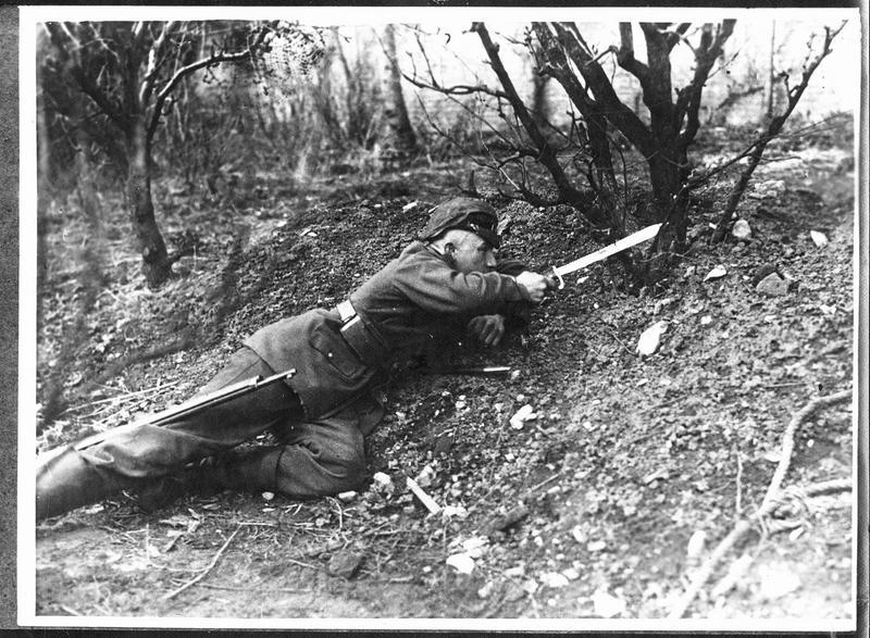 Soldat allemand avec une baïonnette à scie
