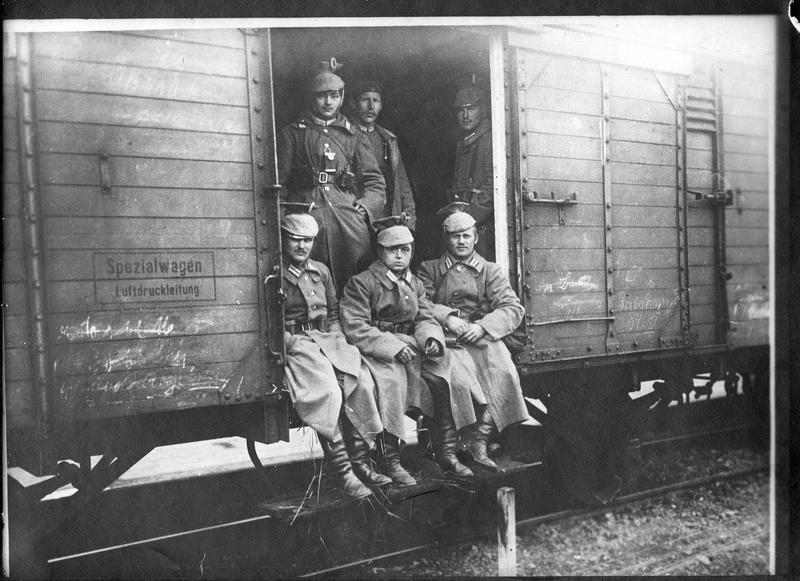 Retour du front [groupe de soldats allemands dans un wagon]