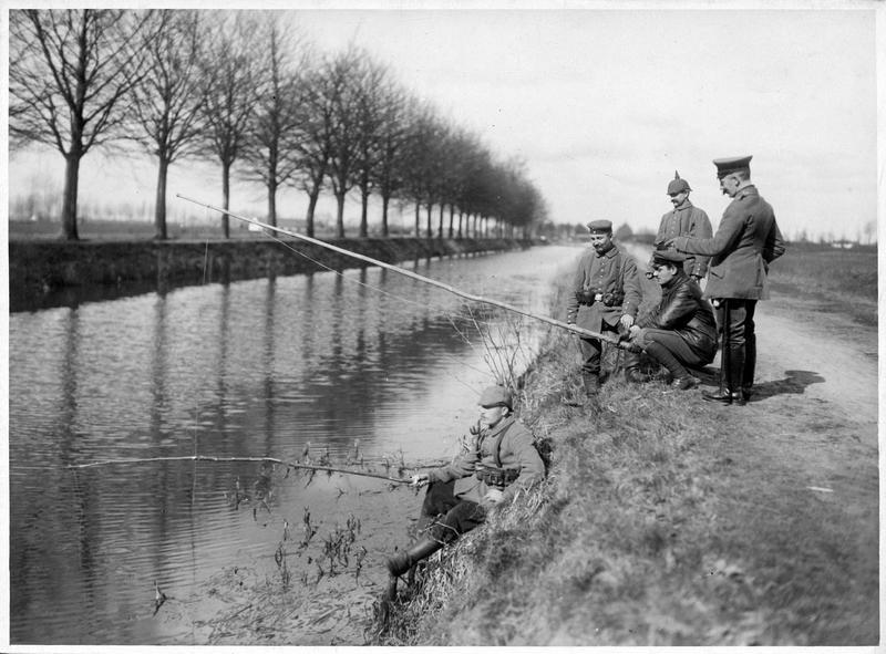 [Soldats allemands pêchant le long d'un canal]