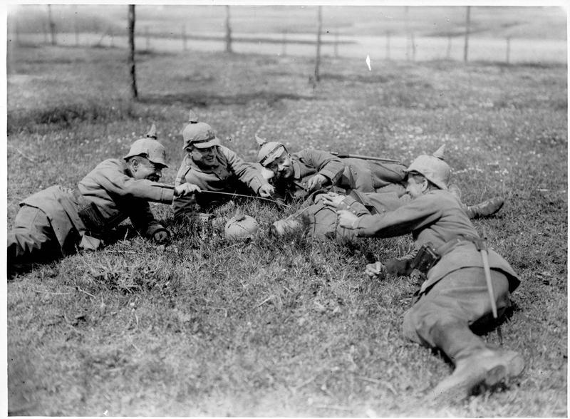 [Soldats allemands au repos, chatouillant un camarade avec un brin d'herbe]