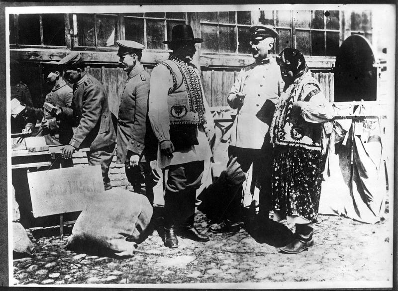 Paysans galiciens et officiers allemands