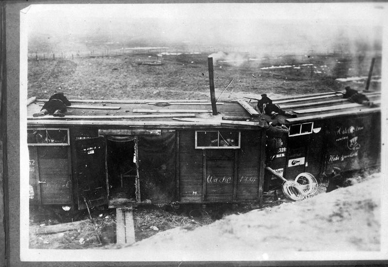 [Soldats tirant du toit d'un wagon]