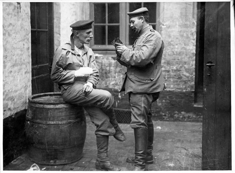 «Deux amis» [Soldat écrivant une carte à la place de son camarade blessé]