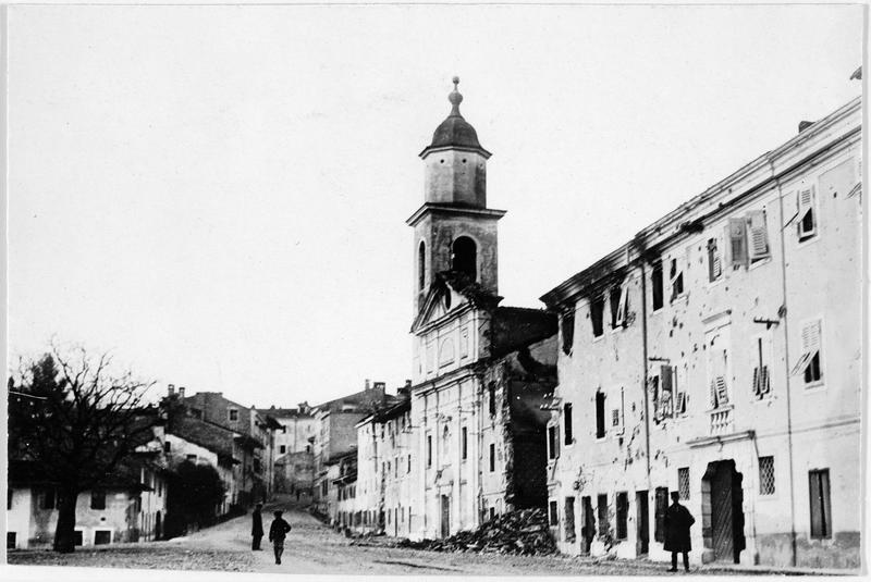 L'église détruite et les maisons en ruines, dans la via Stretta