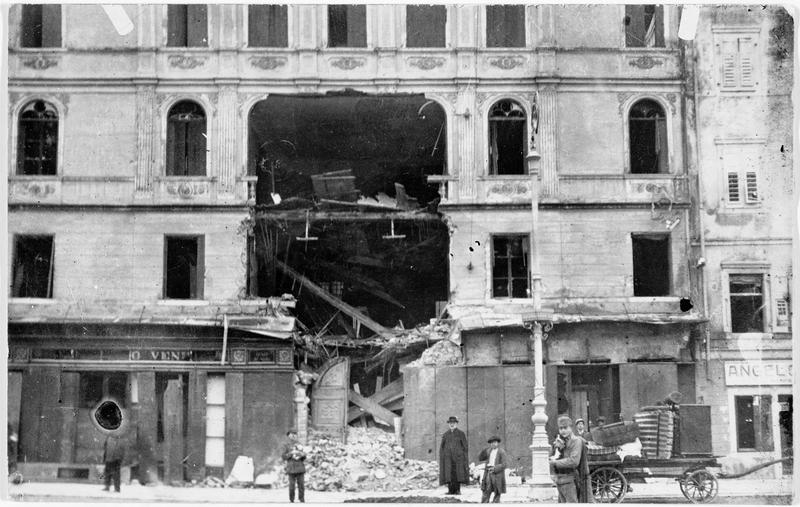Effet d'un obus italien sur une maison de la place principale