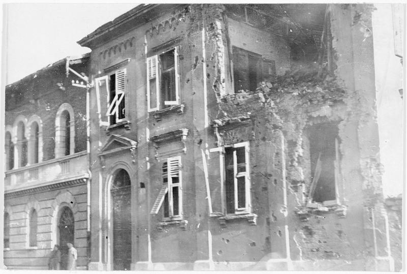 Effets du tir de l'artillerie italienne dans une rue de la ville