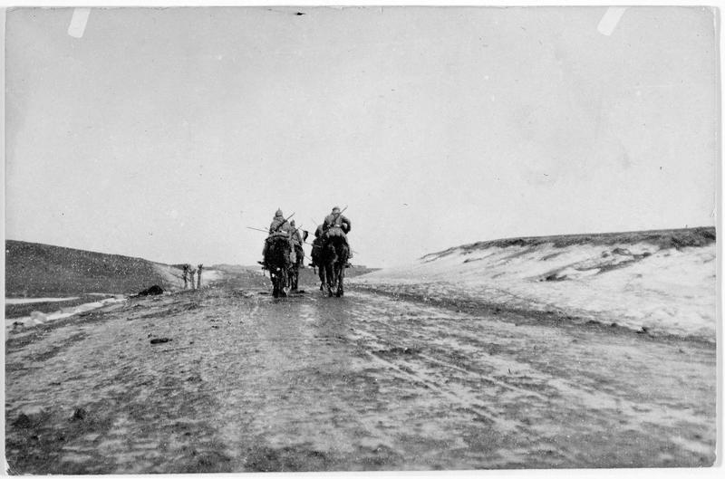 Cavaliers allemands en reconnaissance près de Pinsk, à travers les coteaux couverts de neige