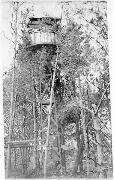Un observatoire allemand, en arrière de la ville de Pinsk, juché en hauteur, dans une cabane en bois