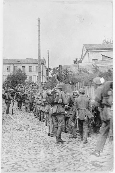Troupes allemandes se rassemblant dans un village, après une alerte