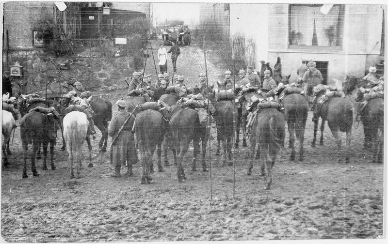 Patrouille de cavalerie allemande au repos dans un village russe