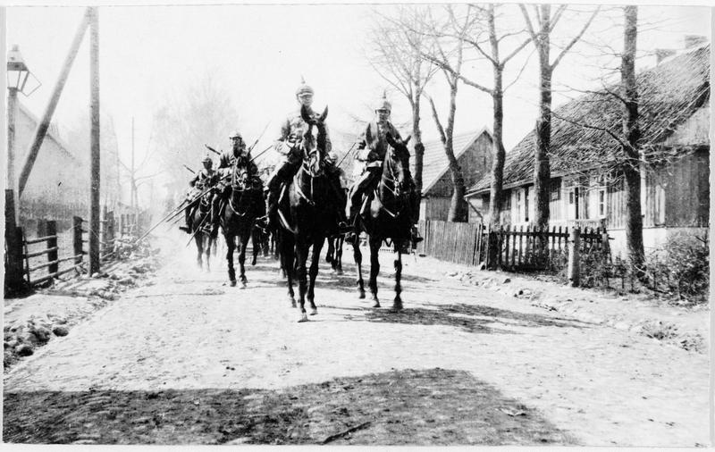 Cavaliers allemands en patrouille à travers un village russe