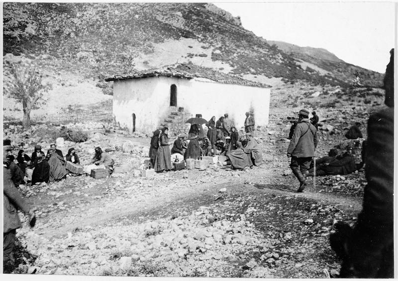 Civils et soldats monténégrins autour d'une source dans les montagnes