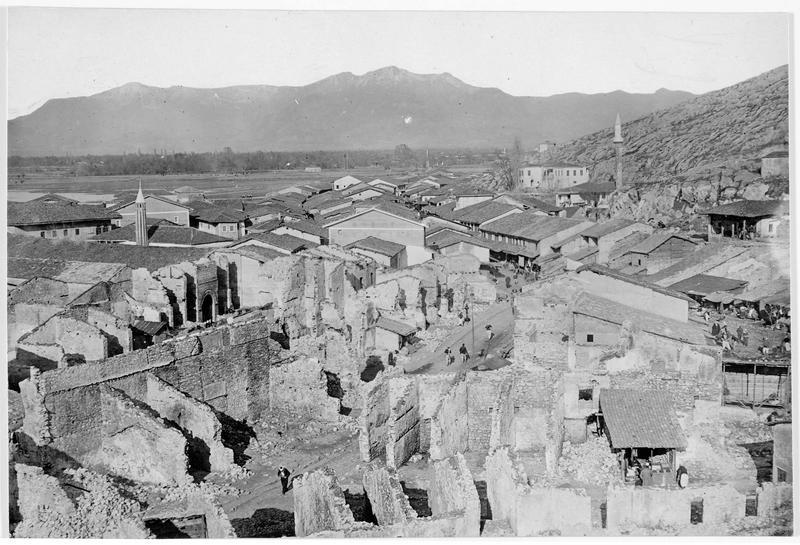 Faubourg de Scutari (en italien) qui fut déjà, dans la précédente guerre balkanique, complètement détruite par les bombardements, et dont les ruines sont encore aujourd'hui restées dans le même état