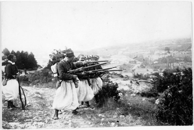 Troupes d'Afrique : zouaves de l'armée française s'exerçant à l'arrière du front