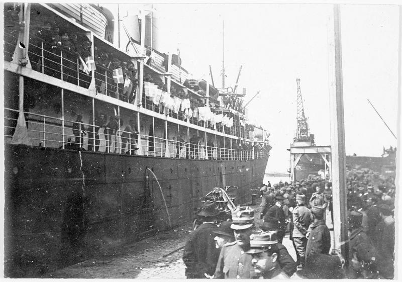 Arrivée d'un nouveau transport de troupes anglaises à Salonique ; au premier plan des officiers français, anglais et serbes attendant les soldats