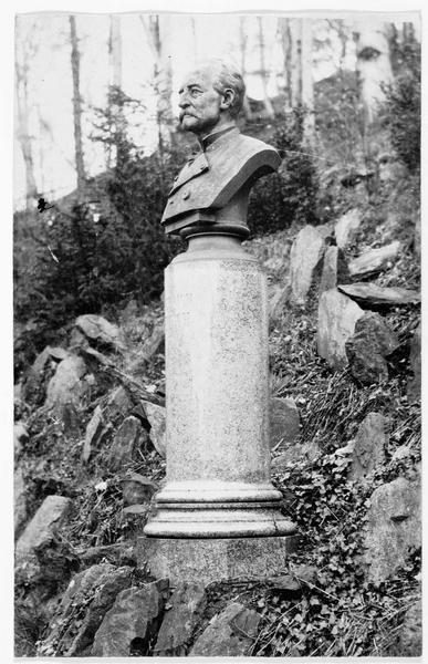Colonne buste de Johann Friedrich Judeich, qui rendit de grands services à l'académie, dont il fut le premier maître en1806