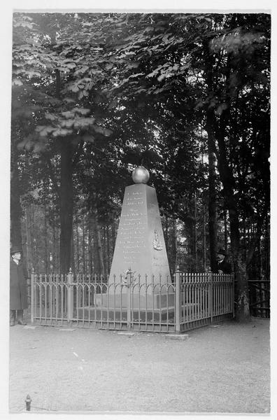 Le monument commémoratif de la bataille entre la Prusse et l'Autriche en 1866, sur la montagne près de la chapelle