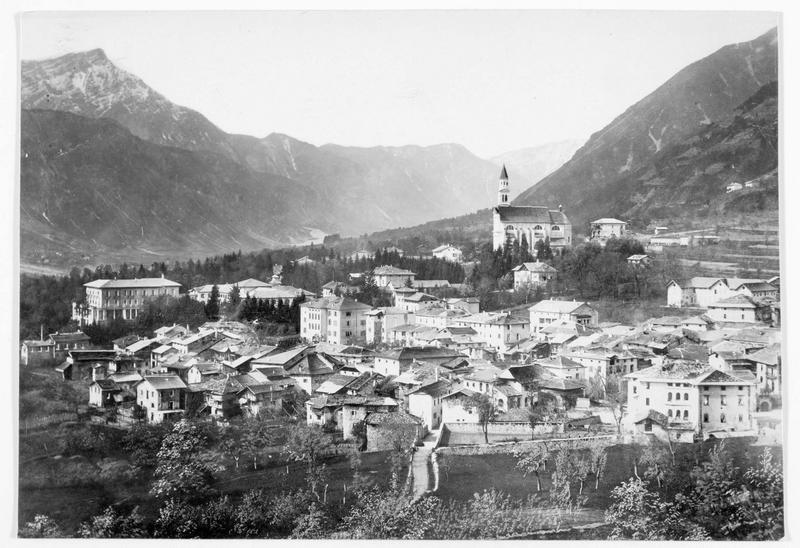 Vue sur le fleuve Brenta, sur Cima Dodici, et sur la ville de Borgo occupée par les troupes austro-hongroises