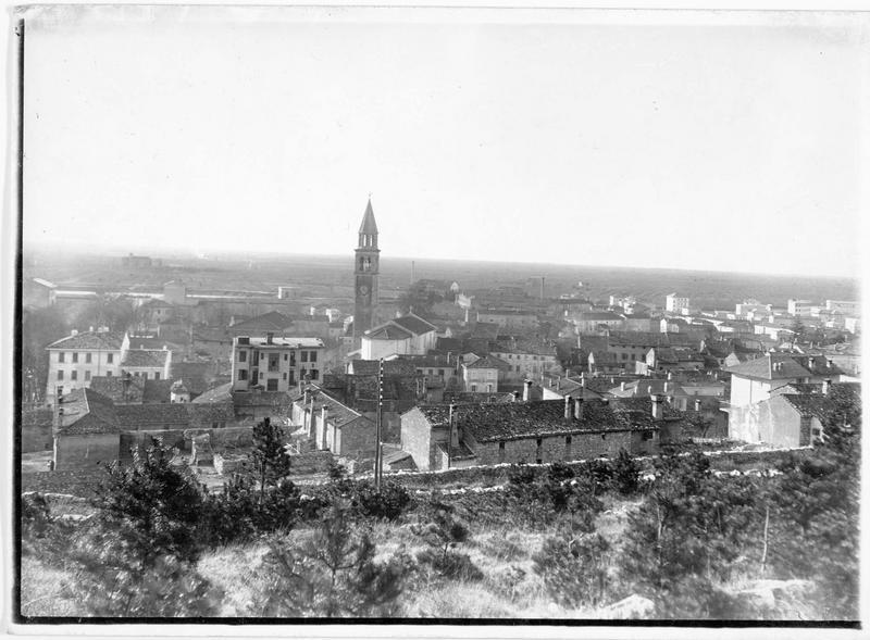 Vue d'ensemble de la ville avec son église