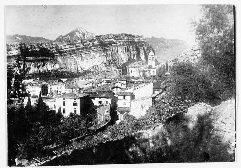 Vue de la ville avec le mont Brione en arrière plan. Lieu de combat des batteries austro-hongroises et italiennes. Position près de Loppiosee conquise