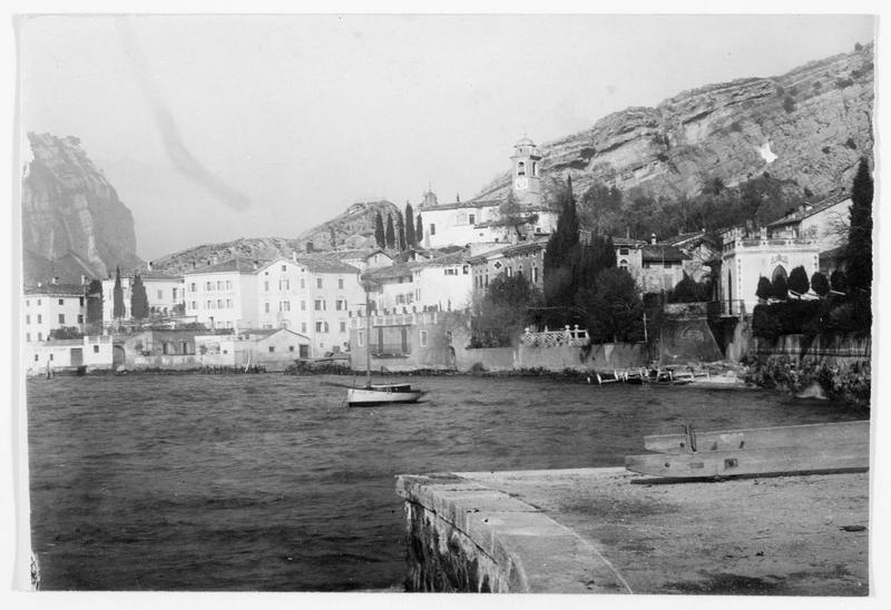Vue d'ensemble, le port et l'église