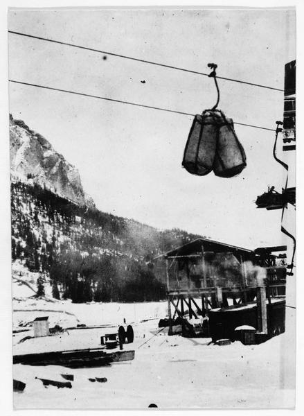Dans les montagnes du Tyrol, un funiculaire pour monter des munitions aux troupes austro-hongroises