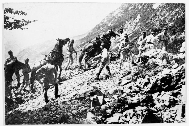Transport d'artillerie lourde dans les montagnes du Tyrol