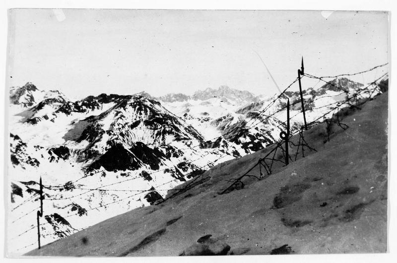 Réseau de fils de fer barbelés dans les montagnes devant les positions austro-hongroises