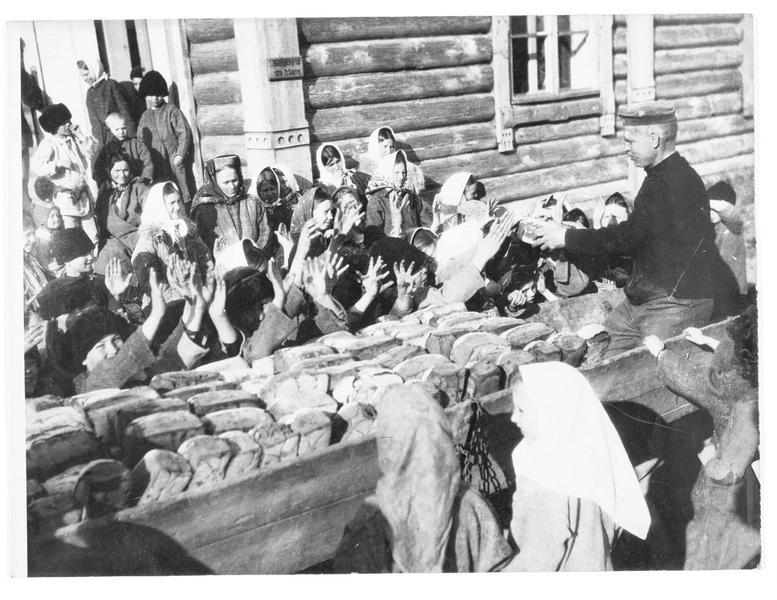 Camp de réfugiés. Distribution de pain