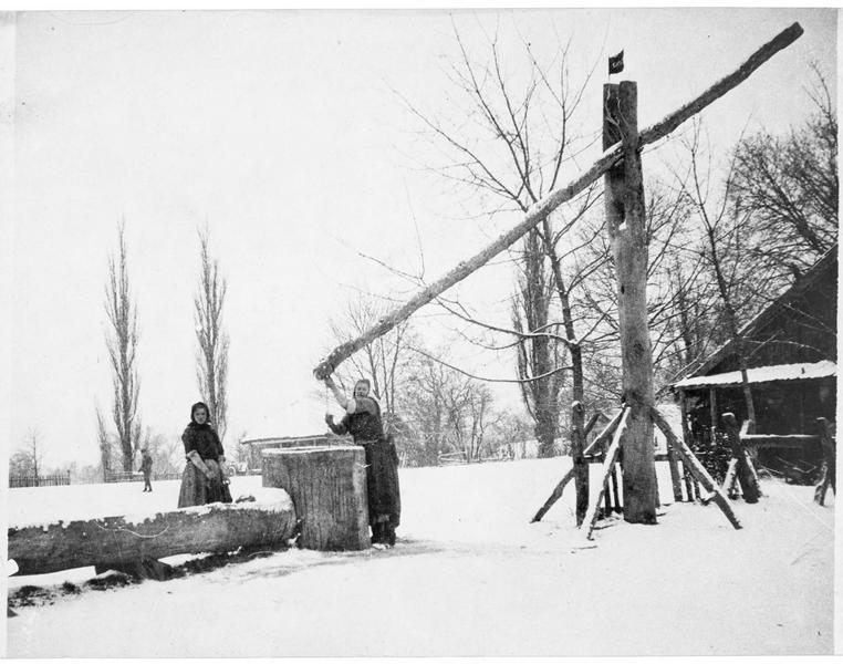Fontaine de village et paysannes russes