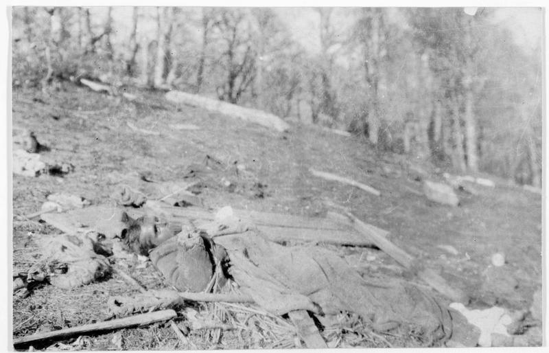 Champ de bataille de Bessarabie. Cadavre de soldat russe au premier plan