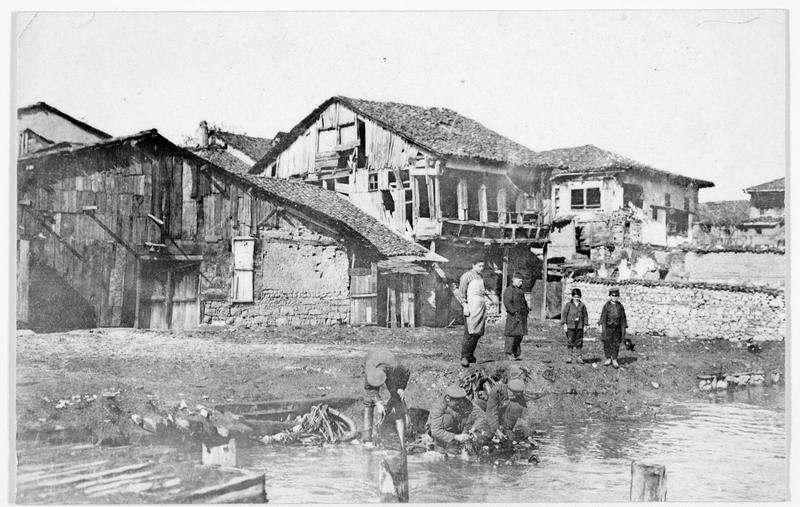 Près de Valona, soldats bulgares faisant leur lessive dans un village