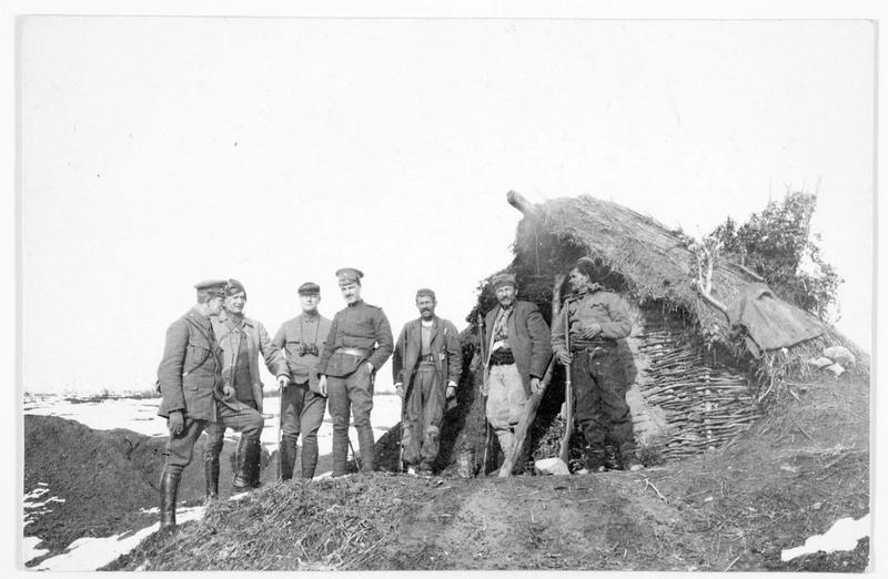 Près de Valona, soldats bulgares et albanais devant un abri albanais