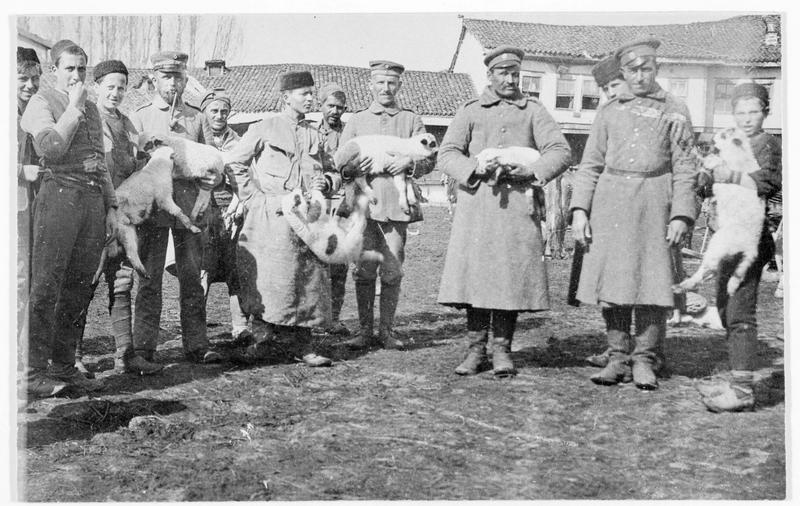 Soldats albanais et bulgares au premier plan, avec des moutons dans les bras