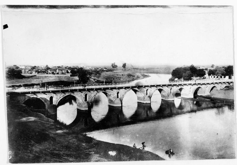 Le pont de Pinée (Pinios) sur lequel passe la nouvelle ligne de chemin de fer