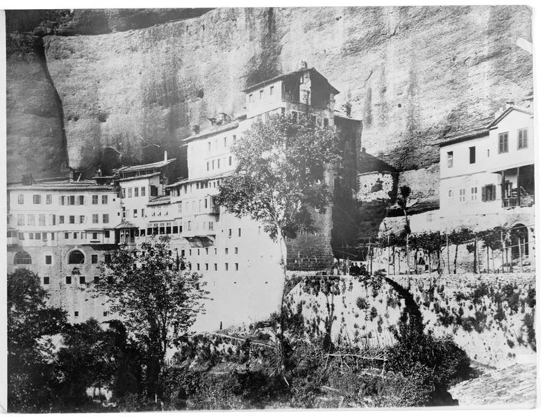 Le monastère de Méga Spiléon accroché à la paroi lisse et verticale