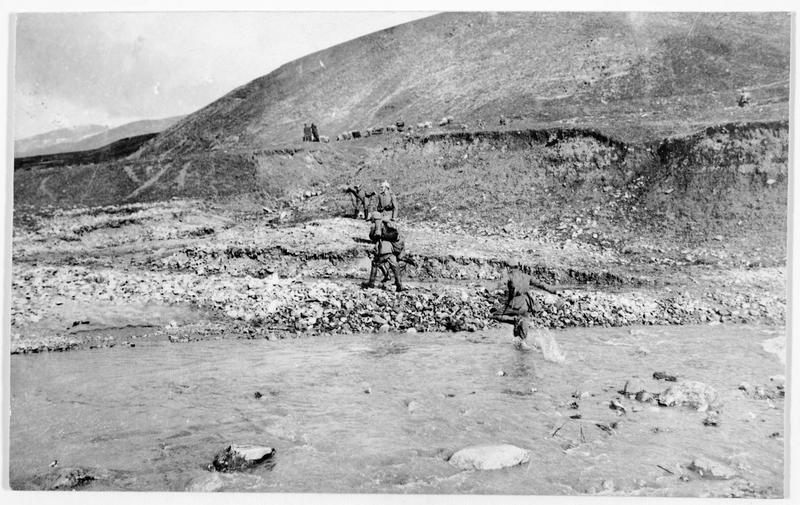 Front oriental. Patrouille allemande traversant un torrent