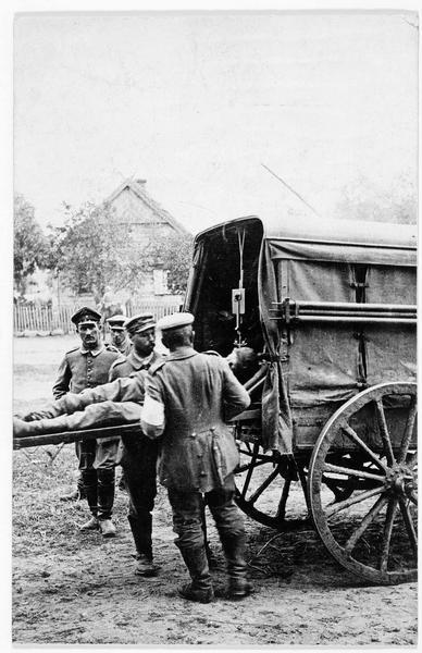 Front russe. Ambulance allemande aménagée pour recevoir des brancards