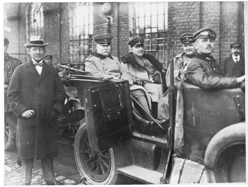 Le ministre de l'intérieur allemand Hans Delbrück avec Son Excellence Von Loebell, ministre de l'intérieur de Prusse. Devant eux le secrétaire Drews, en inspection en Pologne