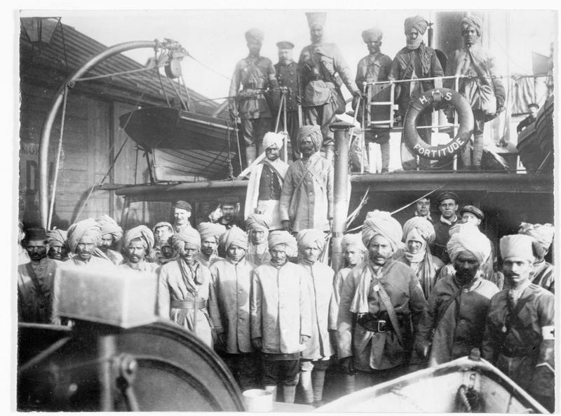Sur le port de Salonique, arrivée de troupes indiennes de renfort pour les Anglais