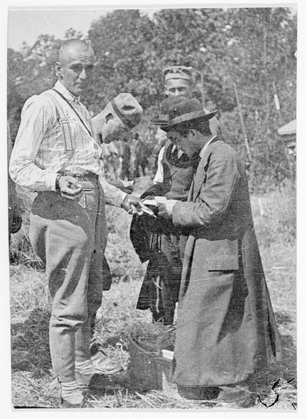 Front de Bessarabie. Soldats allemands achetant des cigarettes aux habitants des pays occupés