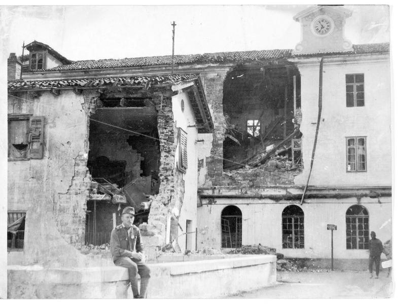 Maison bombardée et école détruite