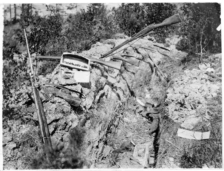 Une tranchée russe abandonnée en Galicie, fusils et munitions à terre
