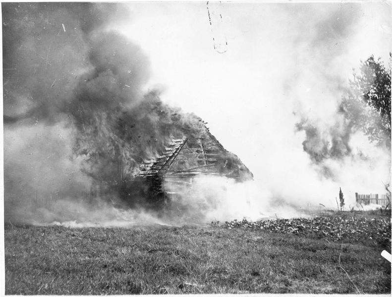 Village en flamme en Galicie, incendié délibérément par les soldats russes
