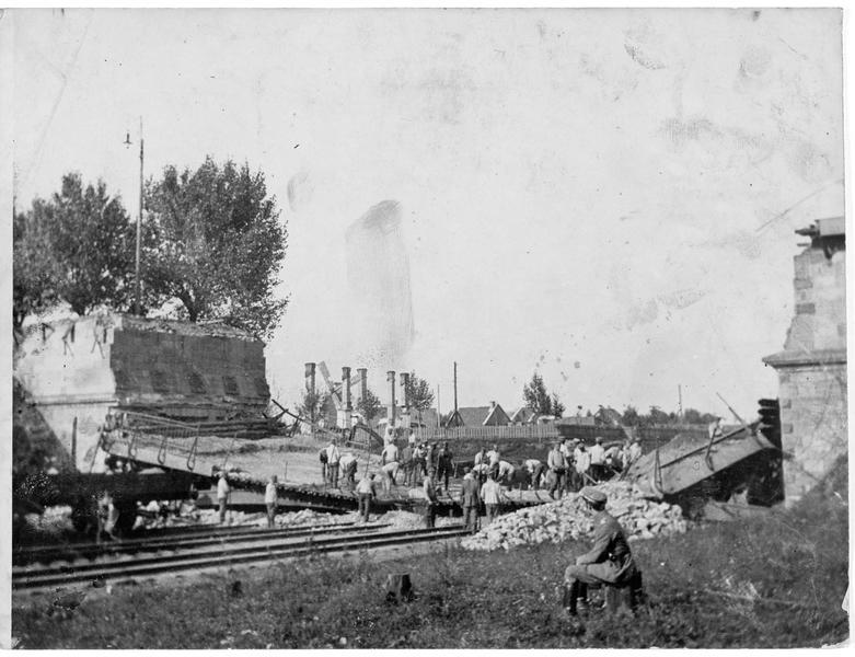 Pionniers allemands reconstruisant le pont détruit de la ligne Wilma-Petersbourg