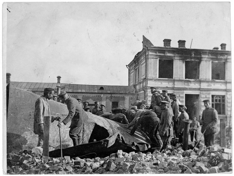 Soldats allemands et prisonniers russes réparant un réservoir d'eau détruit à Bia?ystok