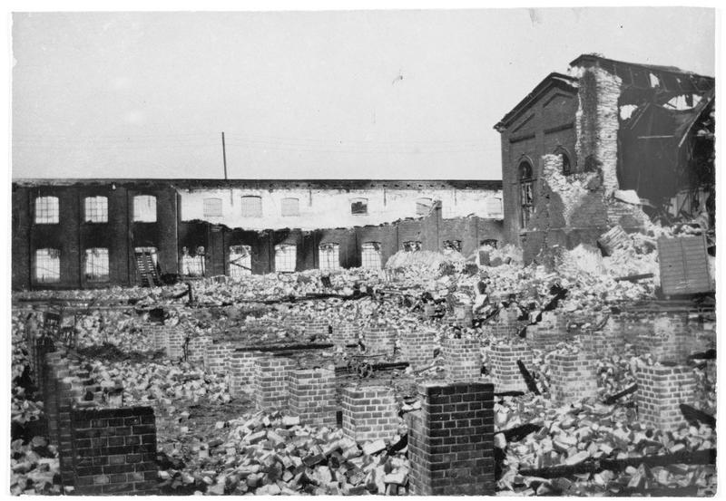 Usine allemande détruite par des incendies allumés par les Russes à Brest-Litovsk (anciennement)