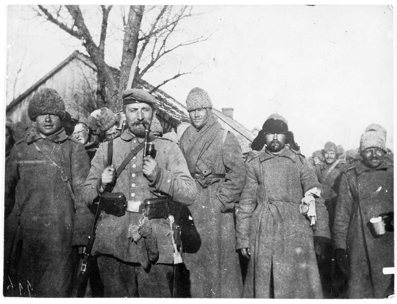 Tcherkess échappés des lignes russes, équipés pour l'hiver, qui attendent leur transport. Vallée de la Iasselda