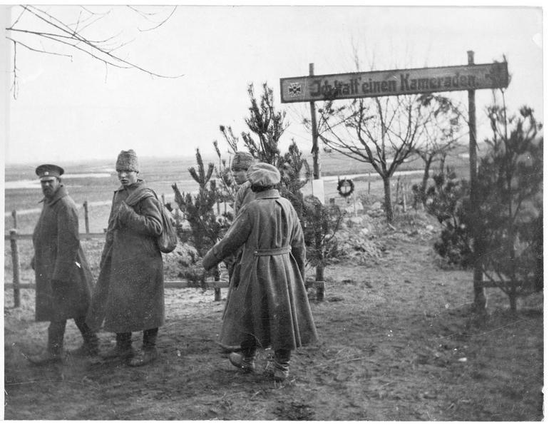 Prisonniers russes dans un cimetière militaire. Inscription à l'entrée du cimetière : «Ich hatte einen Kameraden»  (J'avais un camarade)